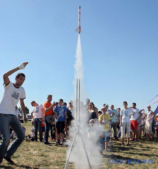 Запуск найпростіших моделей ракет на розважальному майданчику для гостей