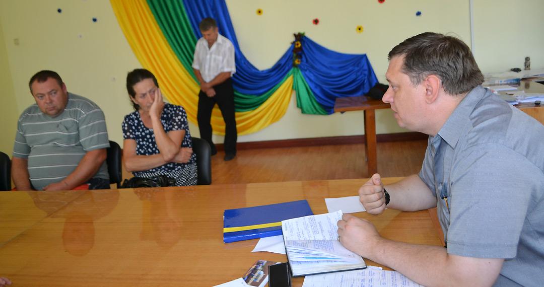 Зустріч голови РДА О.Мірошниченка (у сірій сорочці справа) з батьками поліцейських, які брали участь у конфлікті