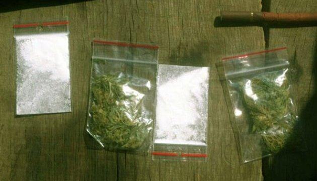 Полиция изъяла оружие и наркотики у винницкой пенсионерки