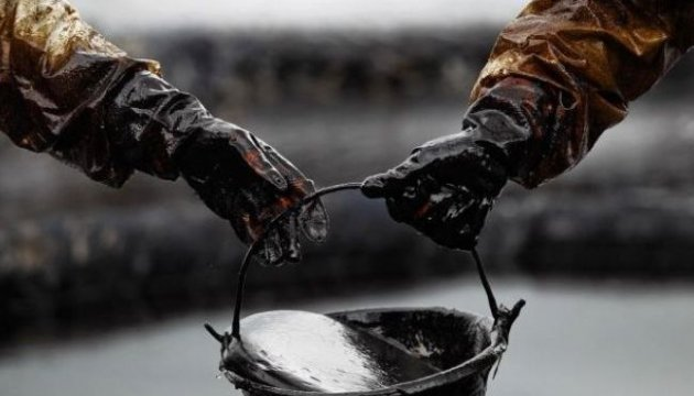 Нефть дорожает на данных API о сокращении запасов в США