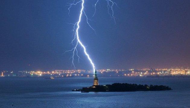 Потужна блискавка вдарила у статую Свободи