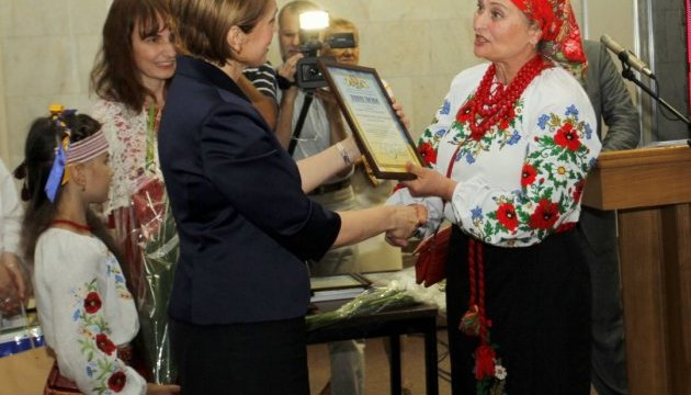 Міносвіти нагородило вчителів за навчання українців за кордоном