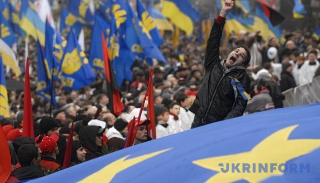 Які вони, обидві українські революції? Кольорові? Цифрові? Не марні!