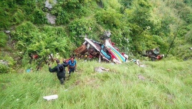 В Непале сорвался с обрыва джип, который перевозил 25 человек
