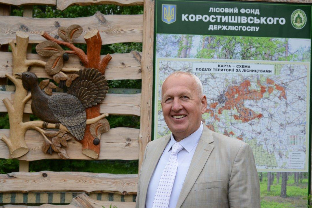 Директор Коростишівського лісгоспу Валентин Есмонт очолив підприємство  2000 року. Господарство-боржник з того часу вибралося у десятку лідерів галузі.