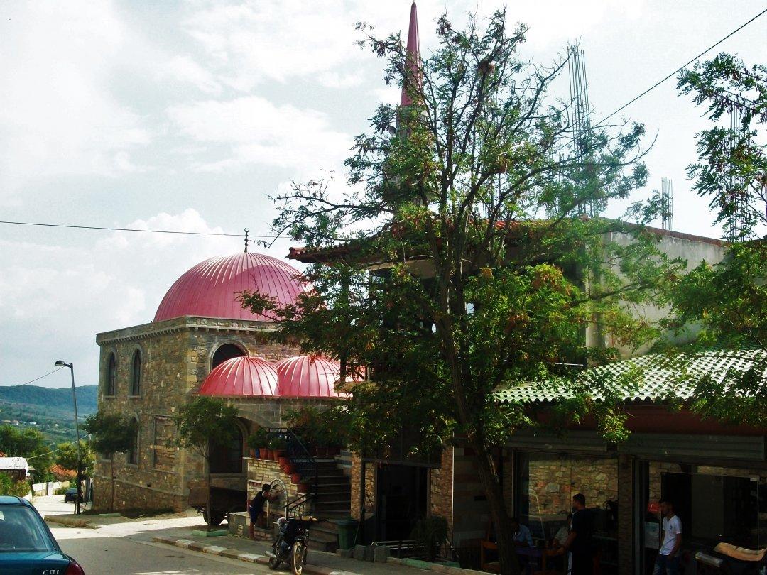 Для ориентира:Ресторан находится перед этой мечетью