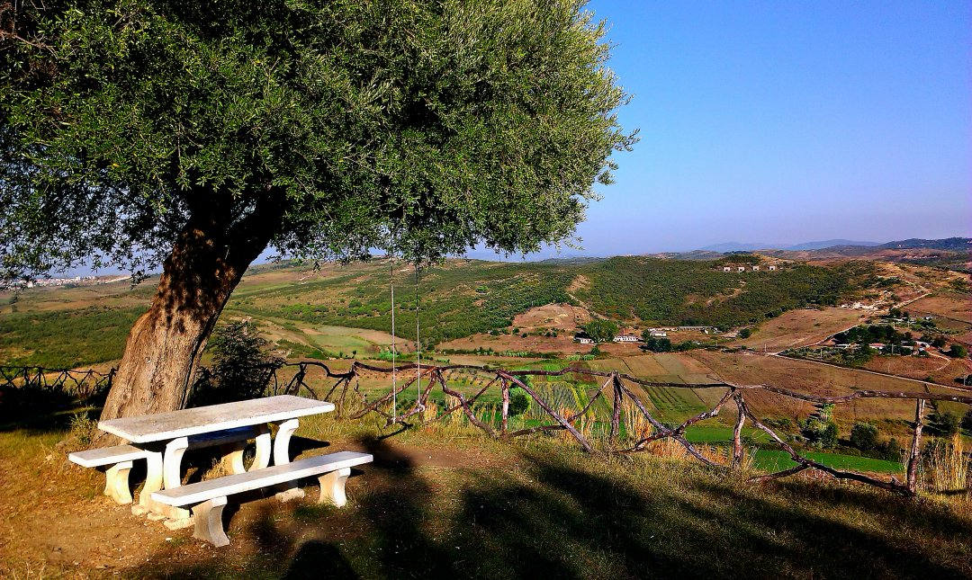 Бесплатны качели с видом на горы, на вершине музея, Аполлония, Фьери
