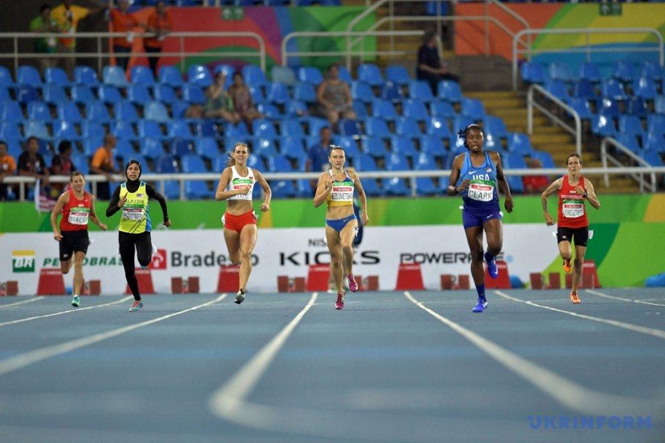Наталя Єзловецька (у центрі) завойовує срібну нагороду на дистанції 400 метрів