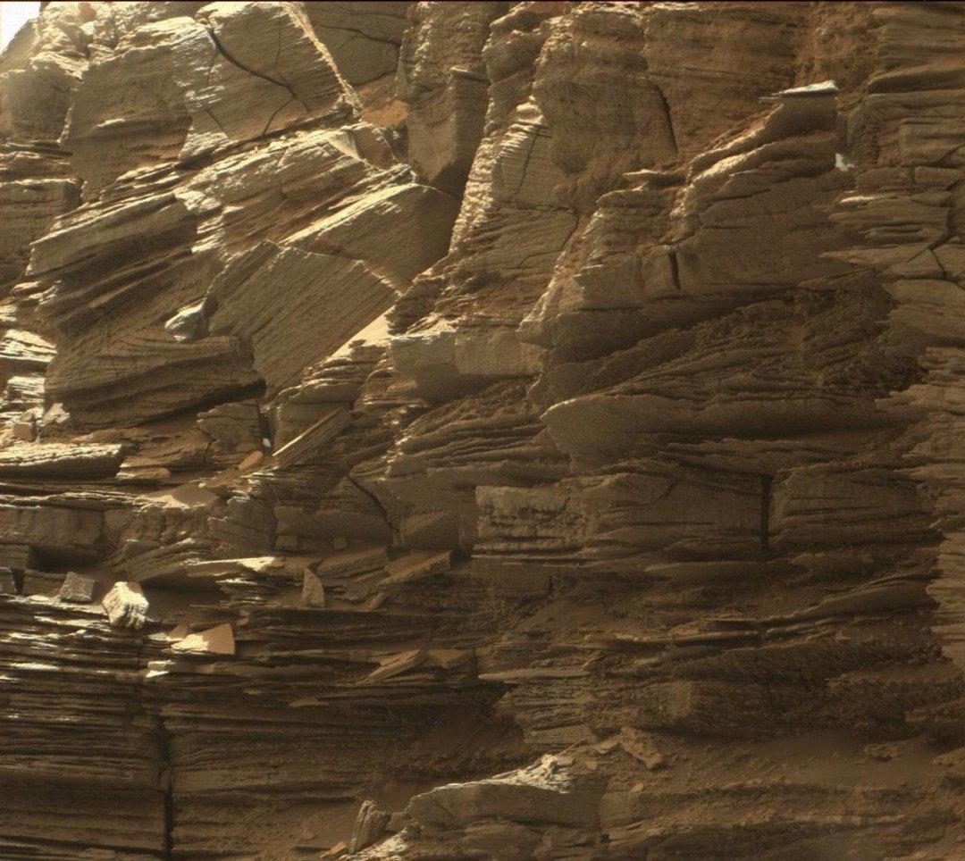 Слоистые породы в «Останцах Мюррея». 8 сентября 2016 года. Фото: MSSS / JPL-Caltech / NASA