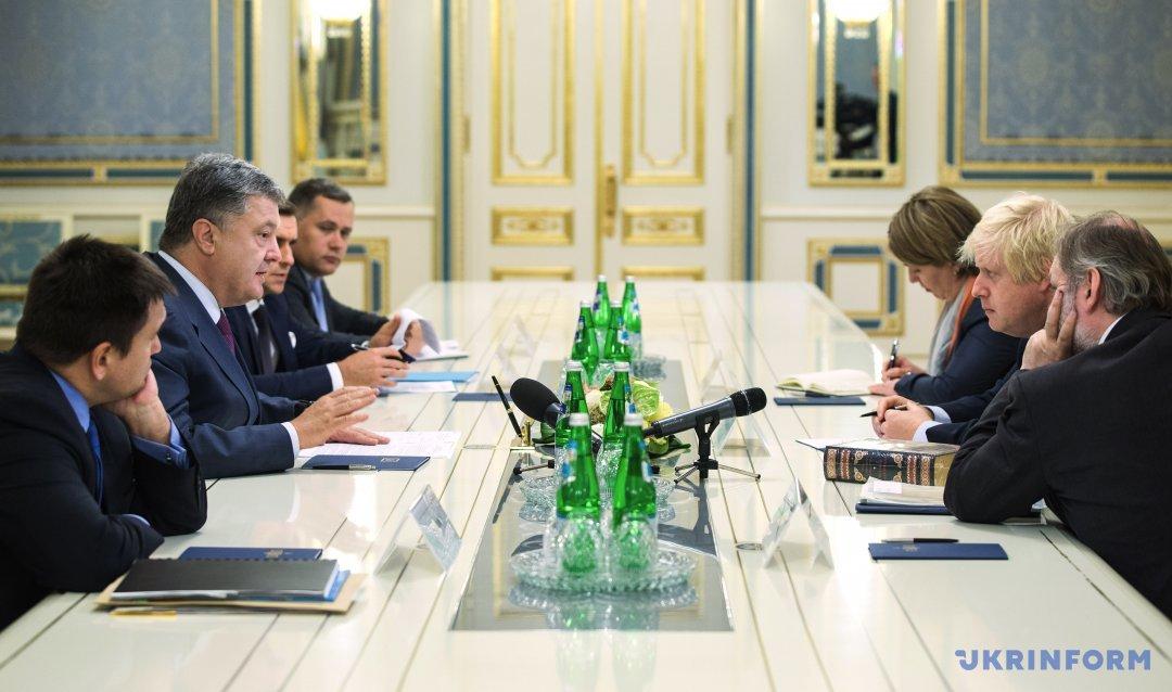Міністр закордонних справ України Павло Клімкін (ліворуч), Президент України Петро Порошенко (другий ліворуч) і міністр закордонних справ Великої Британії Борис Джонсон (другий праворуч) під час зустрічі,