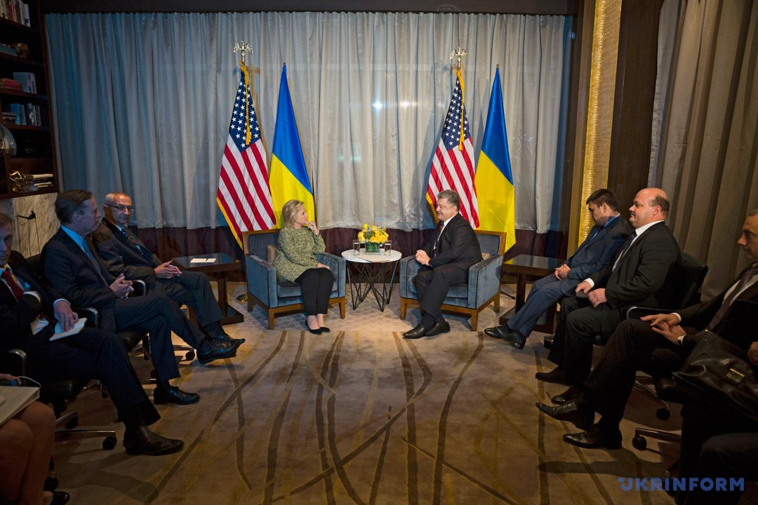 Президент України Петро Порошенко та кандидат у президенти США Хілларі Клінтон (у центрі)