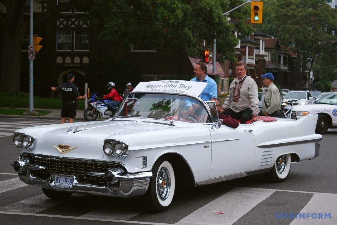 Мер Торонто Джон Торі (праворуч) проїжджає на ретроавтомобілі вулицею міста під час 20-го Українського фестивалю просто неба Bloor West Village