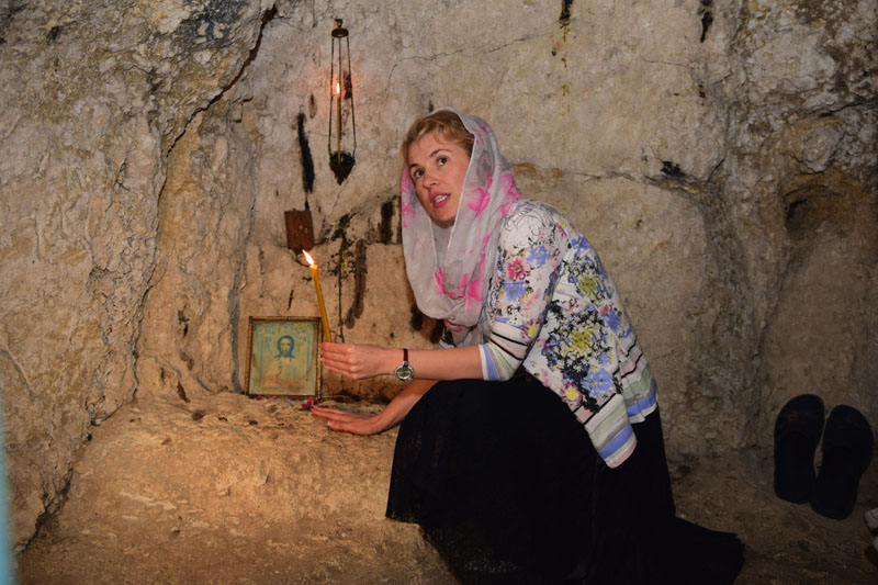 Екскурсовод в одній із печер Свято-Троїцького монастиря, смт Сатанів, Хмельницька область, 16 вересня 2016 року.