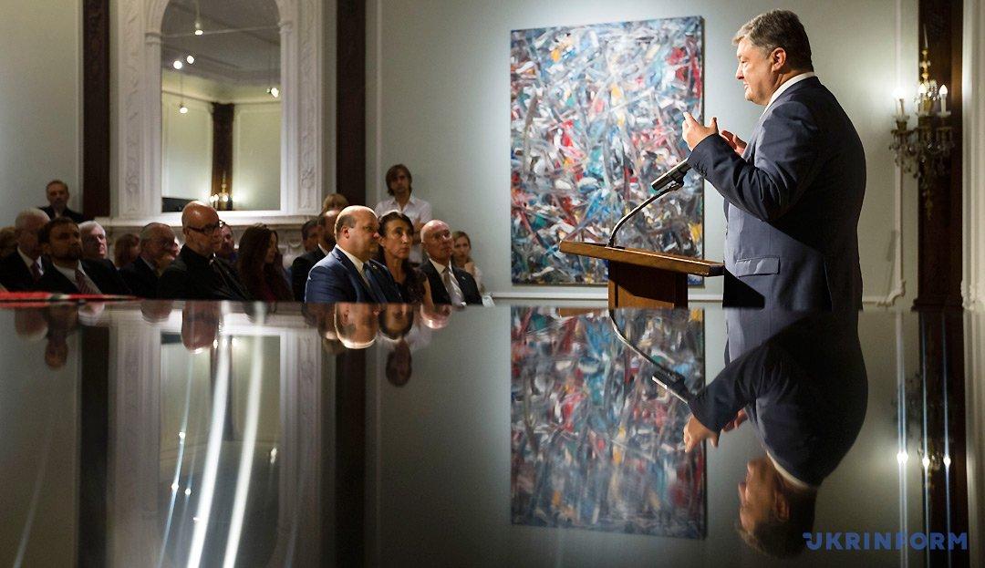 Президент України Петро Порошенко виступає під час зустрічі з представниками української громади США