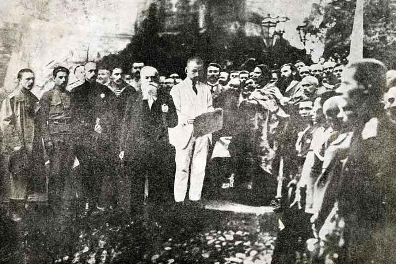 Михайло Грушевський на проголошенні І універсалу Центральної Ради на Софійському майдані у Києві 11 червня, Київ. 1917 рік