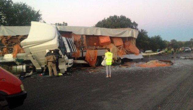 На трассе Киев-Харьков столкнулись три грузовика, есть жертвы