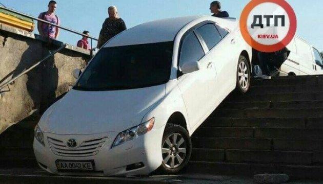 На Борщаговке водитель Toyota Camry провел экстрим-драйв