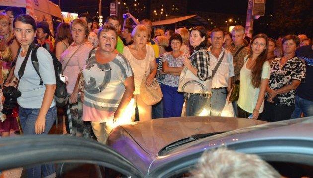 Активісти перекрили дорогу біля метро