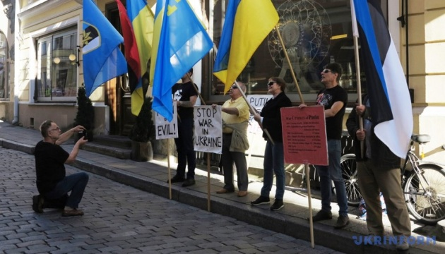Russian embassy in Tallinn picketed in support of Ukrainian political prisoners. Photo, video