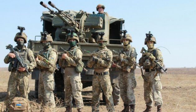 Десантники тестують на полігоні нові моделі військового взуття