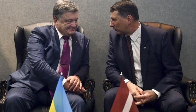 Порошенко попросив главу Латвії допомогти Україні повернути $50 млн