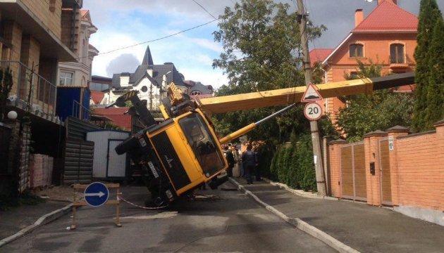 У центрі Києва автокран впав на будинок