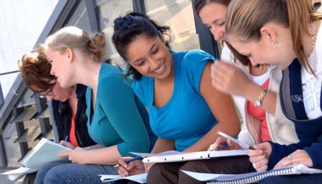 Країни G7 домовились виділити $3,8 мільярда на освіту жінок