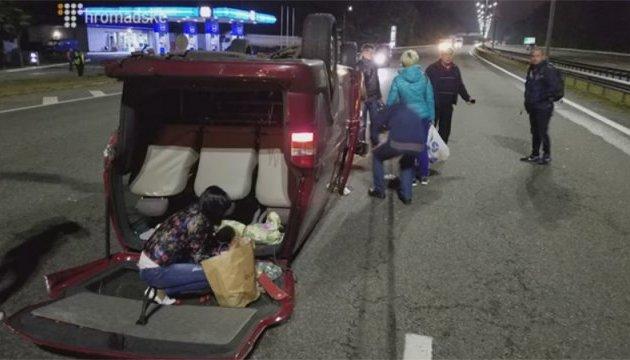 П'яний водій на BMW перекинув мікроавтобус із пасажирами