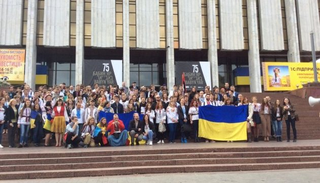 По центру Киева прошел Мегамарш вышиванок