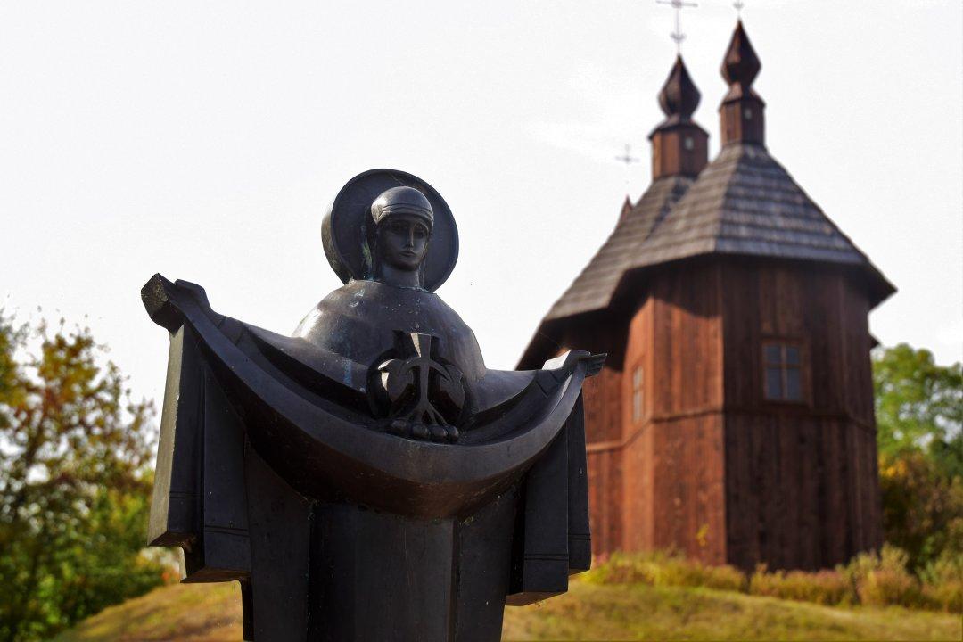Церква біля пам'ятника