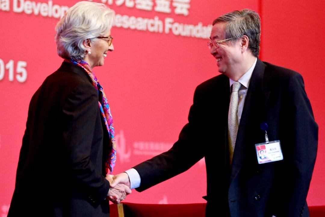 На фото: голова МВФ Крістін Лагард (ліворіч) та голова Народного банку Китаю Чжоу Сяочуань (праворуч)
