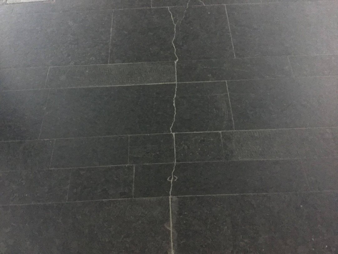 На фото: тріщина на плитці, ст. м. Мінська