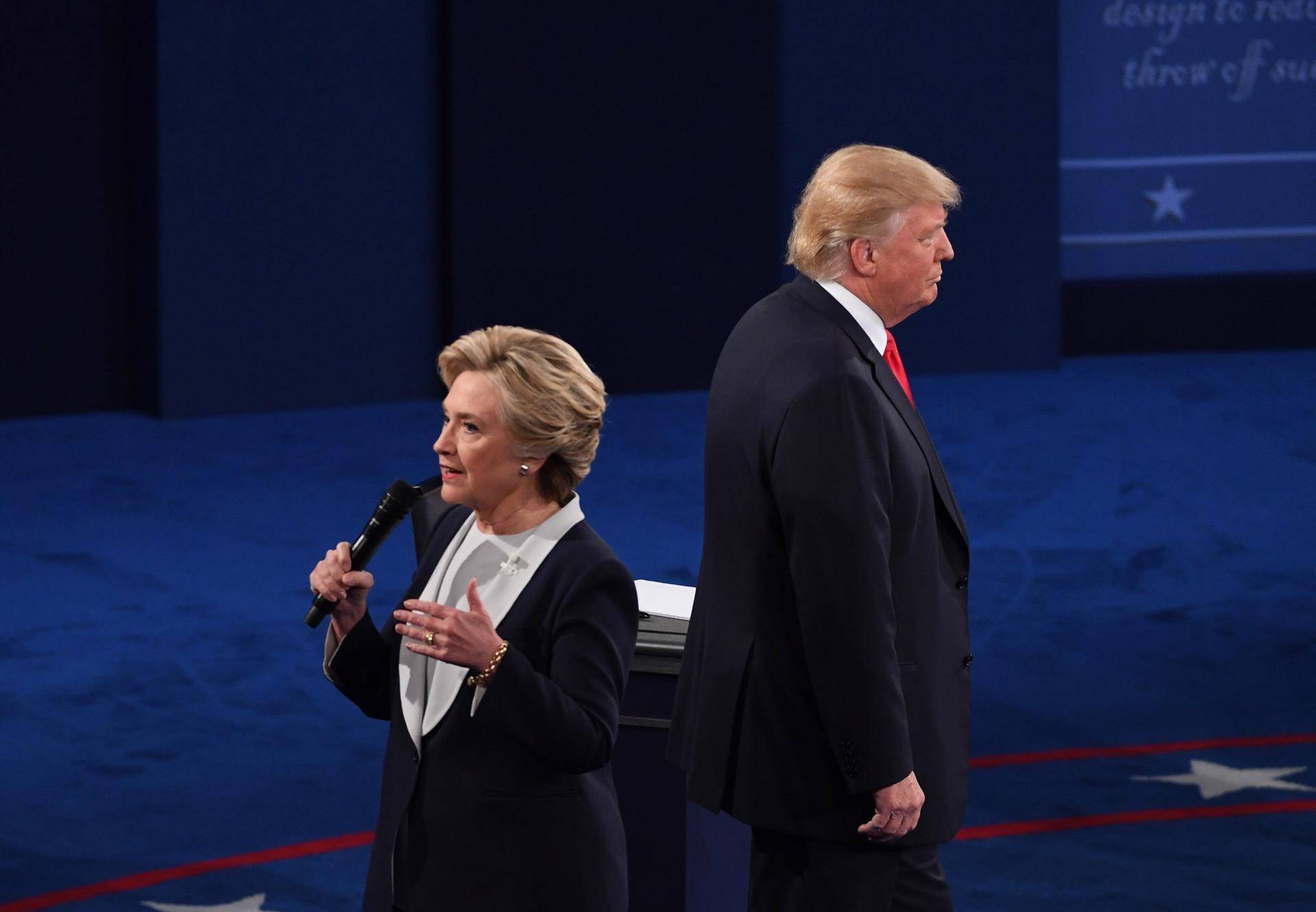 Хілларі Клінтон та Дональд Трамп під час другого туру передвиборчих дебатів у США / Фото: Xinhua/Укрінформ.