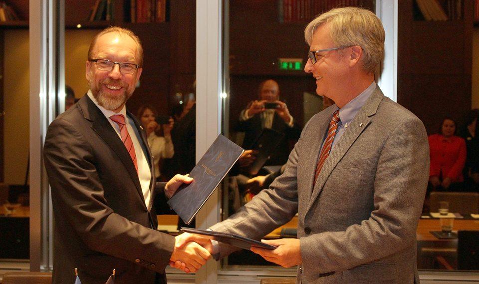 На фото: президент ТПП України Генадій Чижиков підписав Меморандум про відкриття офіційного представництва ТПП України в Брюсселі