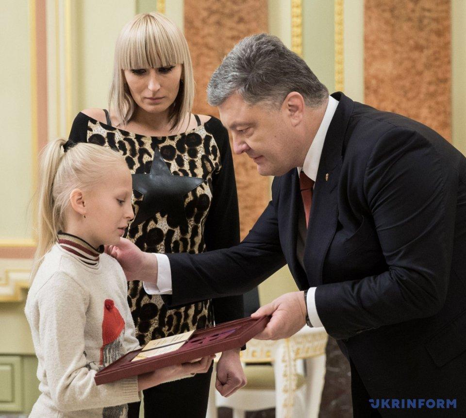 Президент України Петро Порошенко вручає орден