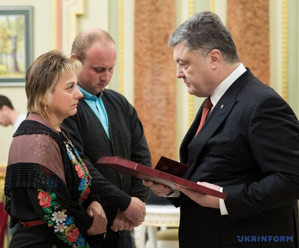 Президент України Петро Порошенко (праворуч) вручає орден