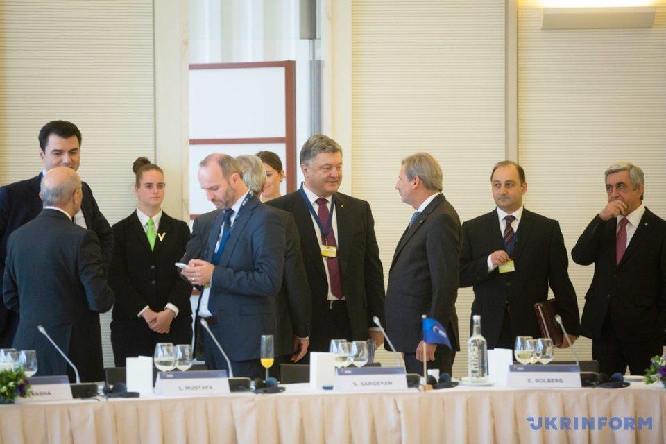 Петро Порошенко (у центрі) спілкується з Йоханессом Ханом