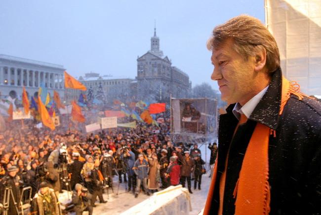 На фото: екс-президент України Віктор Ющенко, Помаранчева революція 2004 рік