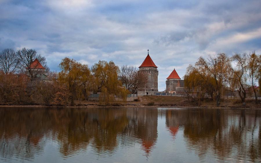 Замок в містечку Скалат (Тернопільська область). Розташований у південно-західній частині міста, у заплаві ріки Гнилої.