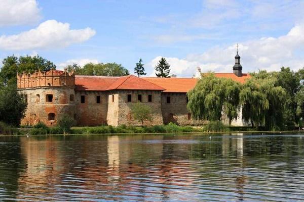 Замок князів Острозьких — резиденція князів Острозьких, збудована на мисоподібній ділянці при злитті річок Случі та Ікопоті, як органічна частина міської інфраструктури Старокостянтинова в останній чверті XVI століття.