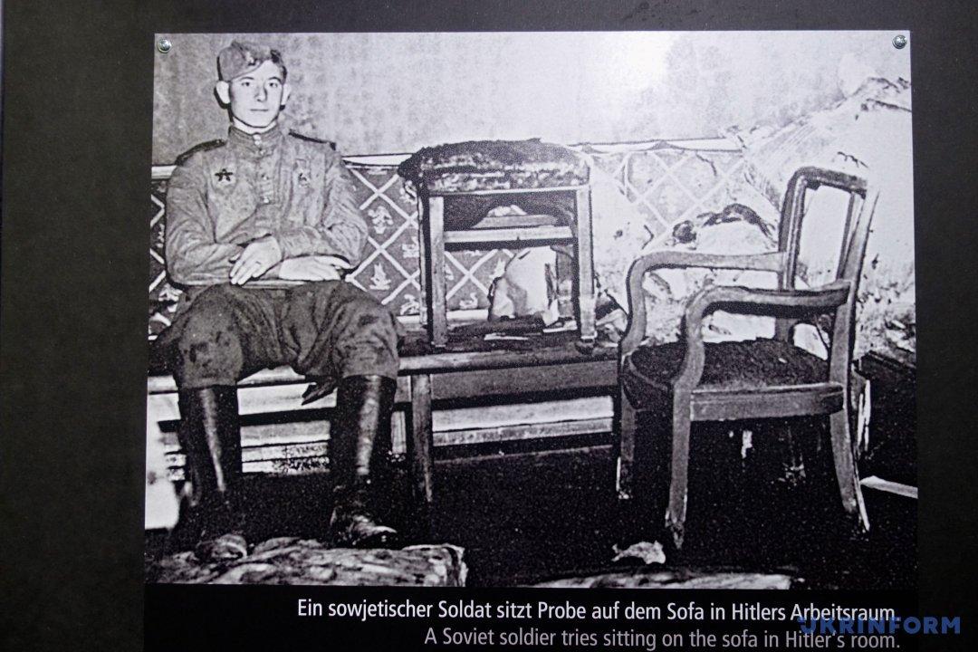 Советский солдат в комнате Гитлера после того, как был обнаружен бункер