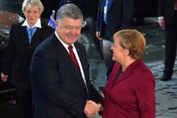 Порошенко привітав Меркель з днем народження