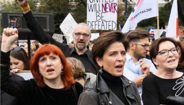 Польські жінки збираються на мітинги за свої права