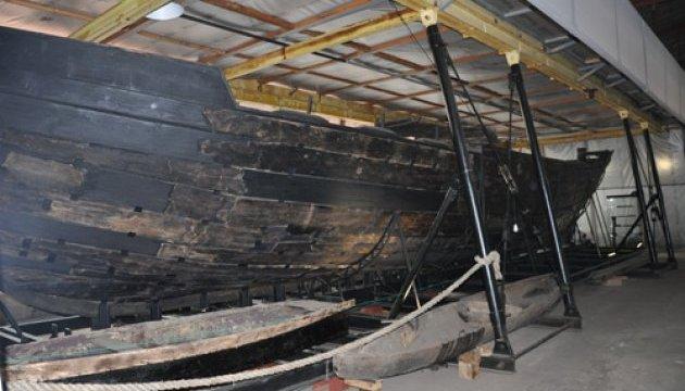 На Хортице показали отреставрированный двадцатиметровый казацкий корабль