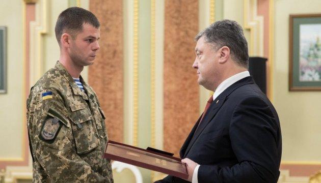 Бої за Авдіївку: Президент наказав нагородити військових