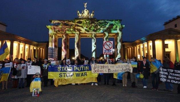 В Берлине требовали от Путина прекратить войну и освободить политзаключенных
