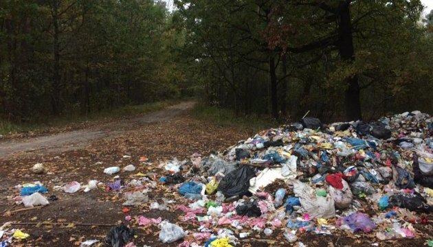 На Сумщині 15 вантажівок без дозволу «скинули» сміття зі Львова - прокуратура