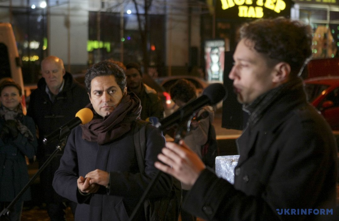 Іранський митець Махмуд Бакші (в центрі) під час презентації своєї інсталяції
