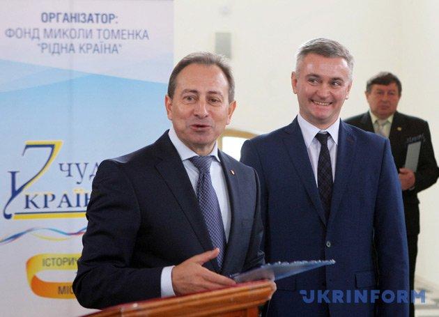 Микола Томенко (ліворуч) вручає відзнаку міському голові Ніжина Анатолію Ліннику