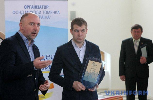 Директор-президент каналу ICTV Олександр Богуцький (ліворуч) вручає відзнаку заступнику міського голови міста Жовкви Андрію Мазану
